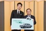 김창식 기아 국내영업본부장과 배우 공유가 K7 하이브리드 신차 발표회 행사에서 차량 전달식을 갖고 기념 촬영을 하고 있다