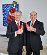 제임스 퀸시 코카콜라 사장 겸 COO가 무타르 켄트 회장 겸 CEO와 함께 서 있다. 퀸시는 2017년 5월 1일부로 켄트의 뒤를 잇게 된다