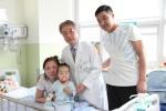 건국대병원이 해외 선천성 심장병 아이를 위해 무료 수술을 제공했다. 사진은 바트후양과 그 가족 그리고 이번 수술을 진행한 건국대병원 서동만 교수