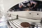 버거킹이 지하철 차내 선반을 활용해 대표 제품 와퍼의 특징을 표현한 서브웨이 그릴 셸프 옥외 광고를 게재한다
