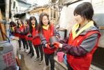 KT그룹 신입사원들이 부산 동구 범일5동 매축지 마을에서 주민들을 위해 총 4500장의 연탄을 전달했다
