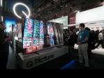 미국 라스베이거스에서 열리고 있는 세계 최대 전자 전시회 CES 2017에서 삼성전자 전시관에 방문한 관람객들이 퀀텀닷 입자에 메탈을 적용해 기존 TV의 화질을 뛰어 넘는 차세대 TV QLED를 보고 있다