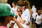 콜롬비아 바콩고 캠프에서 한 상담가가 캠프 어린이를 끌어안고 있다
