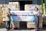 희망사과나무가 21일 인천항에서 남수단 내전지역 주바에 후원물품을 이송하기 위해 임흥세 홍보대사와 함께 선적식을 가졌다