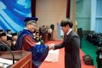 김중수 총장에게 신입생 선서문을 전달하는 한림대학교 2017년 수석 입학생 의예과 이승환군