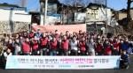 지멘스 더 나눔 봉사단 단원들이 10일 서울 노원구 서울연탄은행을 찾아 사랑의 연탄 나눔 봉사활동을 펼치고 있다