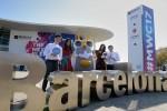 25일 오전 MWC 2017이 열리는 피라 그란 비아 전시장 앞에서 현지모델들과 SK텔레콤 직원들이 차세대 AI 로봇 등을 선보이고 있다