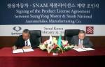 쌍용자동차 서울사무소에서 열린 제품 라이선스 체결식에서 쌍용자동차 최종식 대표이사(사진 오른쪽)와 SNAM 파드 알도히시 대표 이사가 계약서에 서명하고 있다