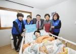 500원의 희망선물 247호로 선정된 가정에서 기념패를 전달하고 있는 삼성화재RC