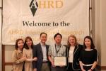 코리아텍 김우철 교수(가운데)가 2017 AHRD International Research Conference in the Americas에서 최우수 논문상을 수상했다. 코리아텍 테크노인력개발전문대학원의 임세영 교수와 4명의 인력개발학과 대학원생(김지영, 우혜정, 조정현, 박상훈)이 공저자로 참여했다