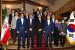 이란 이스파한 압바시 호텔에서 최양식 경주시장(맨 앞줄 오른쪽 세번째)과 메흐디 자멀리네저드 이스파한 시장(맨 앞줄 왼쪽 세번째) 등 문화축제 조직위 관계자들이 행사의 성공을 기원하는 환영 만찬모임을 갖고 기념촬영을 하고 있다