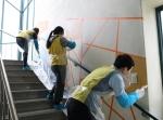 서울시립북부장애인종합복지관과 OCI 직원이 함께 벽화 봉사활동을 실시했다