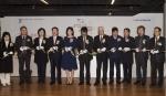 문용린 한국교직원공제회 이사장(왼쪽에서 일곱 번째) 외 한국교직원미술대전 관계자들이 제1회 한국교직원미술대전 개막식에서 테이프 커팅을 하고 있다