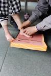 아이의 맞춤 신발 제작을 위하여 발 본을 뜨고 있다