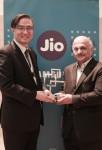 MWC 2017 기간 중 GSMA가 주는 이머징 시장 최고 모바일 혁신상을 수상한 삼성전자 네트워크사업부장 김영기 사장(왼쪽)과 지오 조틴드라 택커 사장