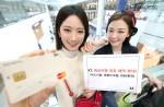 인천국제공항에서 KT 모델들이 KT가 제공하는 제휴 혜택을 소개하는 모습