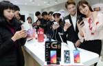 12일 남대문에 위치한 한 이동통신사 매장 방문객들이 LG G6를 체험하고 있다