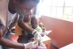 말라위 구물리라 마을의 희망보건소에서 말라리아 검사를 받고 있는 아동