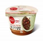 CJ제일제당의 가정간편식 햇반 컵반이 신제품 불고기덮밥과 부대찌개국밥을 출시하고 제품군을 확대한다