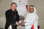 알 아킴 교수와 수로미 박사가 조인식 후 감사의 표시를 교환하고 있다(사진: ME NewsWire)