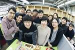 서울문화재단이 2017 일하기 좋은 기업 공기업/비영리 최우수 기업에 선정됐다. 사진은 서울문화재단 주철환 대표(앞줄 왼쪽에서 3번째)와 재단 임직원