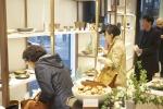 일상여백 매장 내부에서 고객들이 공예 상품을 둘러보고 있다