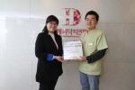 함께일하는재단 박지영 사무국장(사진 왼쪽)과 해피닥터 정회현 원장(사진 오른쪽)이 협약식을 체결하고 기념 사진을 촬영하고 있다