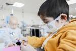 소아암 치료 중인 어린이가 병원에서 선물받은 장난감을 구경하고 있다