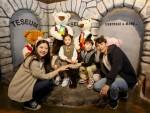 테지움 서울 베스트 포토존에서 가족이 포즈를 취하고 있다