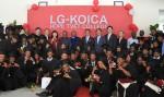 에티오피아 LG-KOICA 희망직업훈련학교에서 열린 졸업식에서 학생들과 관계자들이 기념촬영을 하고 있다.