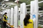 삼성전자가 초미세 공기청정기 블루스카이의 판매 돌풍에 힘입어 광주에 위치한 공기청정기 생산라인을 주말 없이 풀 가동하고 있다