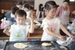 상하목장이 25일 진행한 상하목장 사생대회에 참가한 부모와 아이들이 고창 상하농원을 배경으로 그림 그리기에 열중하고 있다