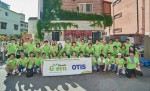 5월 30일 경기도 시흥시 자연과 아이들 지역아동센터에서 그린슈츠 캠페인에 참여한  오티스 엘리베이터 코리아 임직원들이 환경개선 및 안전교육 봉사활동을 마친 후 기념촬영을 하고 있다