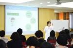강동미즈여성병원 박연이 대표원장이 여성요실금에 대해 강연하고 있다