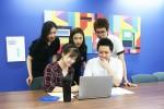 미디어윌 직원들이 사내 아이디어 공모전에 창의적인 아이디어를 내기 위해 토론하고 있다