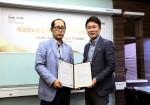 우국종 레젤홈쇼핑 대표이사(왼쪽)와 조성룡 티컴즈 대표이사가 인도네시아 레젤홈쇼핑 본사에서 상호협력을 위한 업무협약을 체결하고 있다