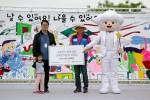 동양생명 HR팀 원진희 팀장(사진 중앙)이 한국백혈병어린이재단 서선원 사무처장(사진 왼쪽)과 소아암 치료 중인 어린이에게 후원금을 전달하고 있다