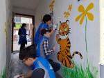 한국보건복지인력개발원 부산교육센터 봉사단원들이 호천마을 벽화 만들기 사업을 실시하고 있다