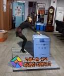 선거 트릭아트앞에서 한 여성이 포즈를 취하고 있다