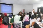 유엔난민기구의 아미라 아잠이 학생들과 의견을 나누고 있다