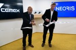시멕스 CIO 아룬 아가왈과 네오리스 CEO 마틴 멘데즈가 체코 프라하 사무소 개설식에서리본 커팅을 하고 있다
