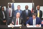 주 케냐 미국 대사 로버트 고덱이 USTDA를 대표하여 Xago Africa 상무이사 폴 웹과 함께 기술지원 계약에 서명하고 있다