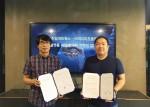 미디어프론트 김일환 총괄이사(좌측)와 천일네트웍스 박지훈 이사가 업무협약 체결 후 기념 촬영을 하고 있다