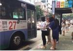동명대 재학생들이 이색 과목 수업 일환으로 시행하고 있는 버스줄서기 캠페인