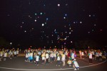 국립평창청소년수련원 캠프파이어장에서 2017 둥근세상만들기 캠프 참가자들이 풍선에 소원을 적어 날리고 있다