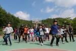 국립평창청소년수련원 청소년수련활동에 참가한 초등학생들이 밧줄놀이를 하고 있다