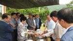 농정원 임원진들이 현장체험실습장으로 선정된 외가집에서 버섯쌈장을 제조하고 있다