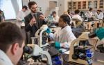 STEM 전공인 생물학 수업중인 학생들