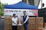 신일산업 서비스팀 김종기 팀장(오른쪽)이 영등포 쪽방촌을 방문해 선풍기를 기증하고 있다