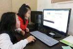 서울 서대문구에 위치한 새로핌지역아동센터 아이들이 희망이음에서 지원한 교육용 PC를 통해 온라인 교육 콘텐츠를 이용하고 있다